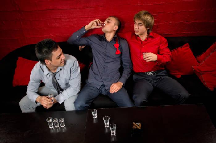 junge Männer trinken Schnaps