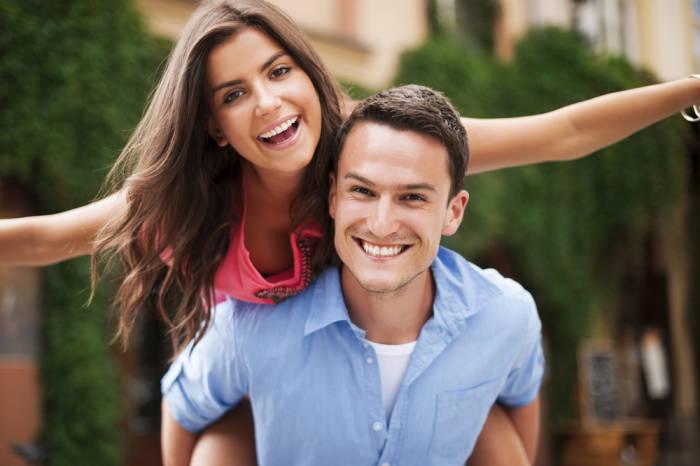 freudestrahlendes junges Paar