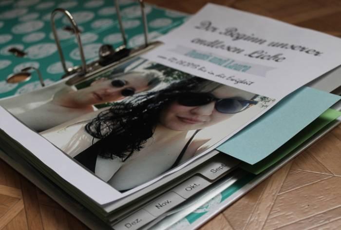 In ihrem Memorybook hebt das Pärchen besondere Erlebnisse auf.