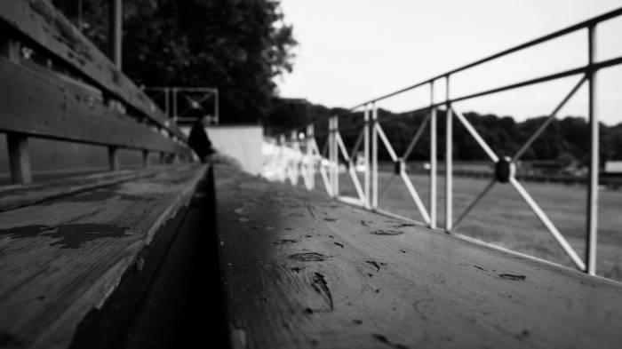 Schwarz-weiß-Fotografie einer Tribühne