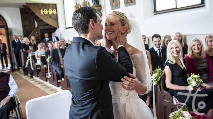 Kuss des Brautpaares in der Kirche