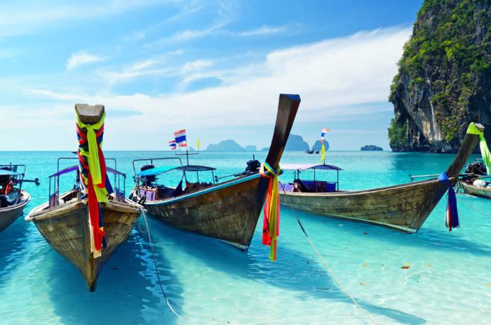 türkises Wasser und Boote mit bunten Bändern