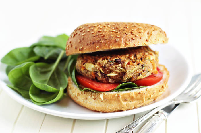 Vegan zu leben, bedeutet nicht, auf schmackhafte Lebensmittel zu verzichten, sondern Neues kennenzulernen.