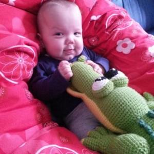 Ihr Sohn erfreut sich auch am Hobby von Jana und schmust mit einem Krokodil.