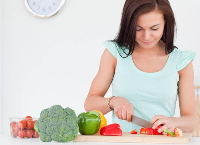 Frau kocht Gemüse
