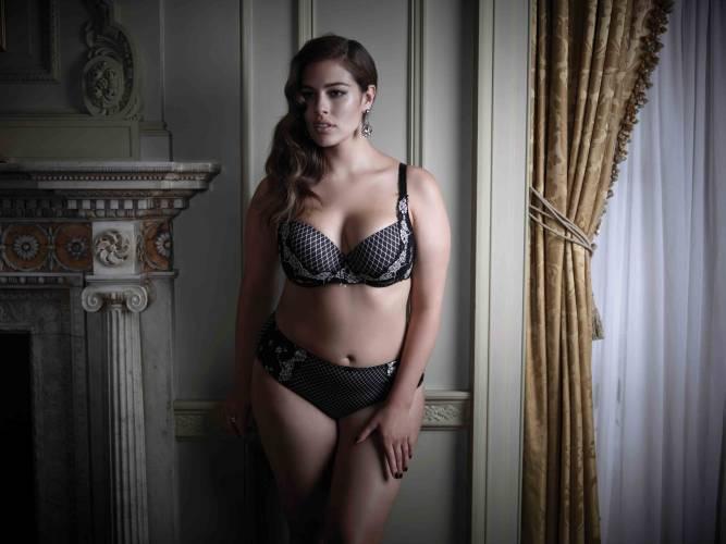 Hier sitzt alles richtig: Pluse-Size-Model Graham präsentiert ihre neue Kollektion.
