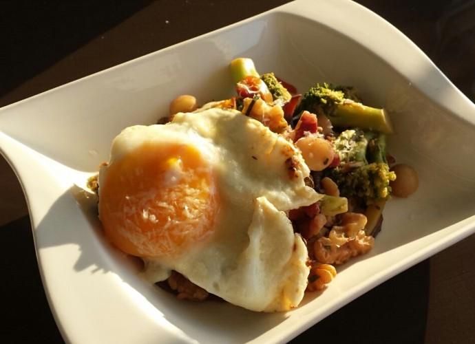 Die Gemüsepfanne mit Ei von Jule Gänseblümschen liefert Eiweiß, Ballaststoffe, Fett und Vitamine - und ist damit ein perfektes Low-Carb-Mittagessen.