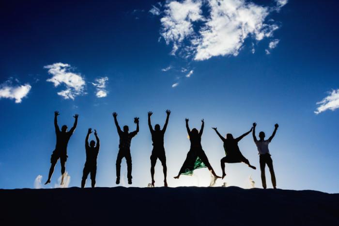 Glück ist ... einen strahlenden Sonnentag mit Freunden genießen.