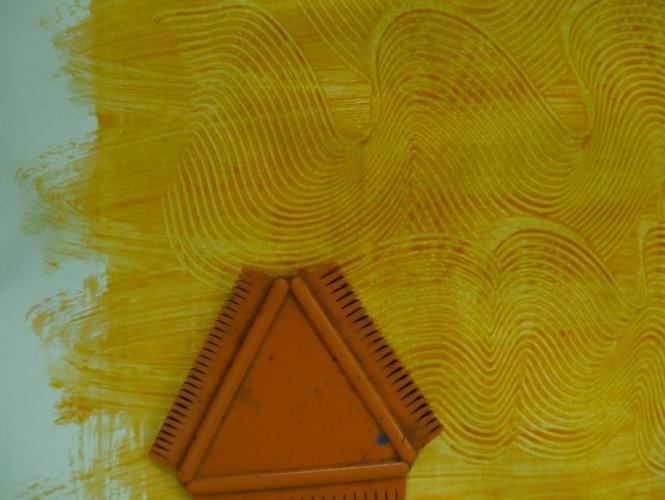 Mit einem Spachtel oder Kamm könnt ihr tolle Muster in euer Buntpapier malen!