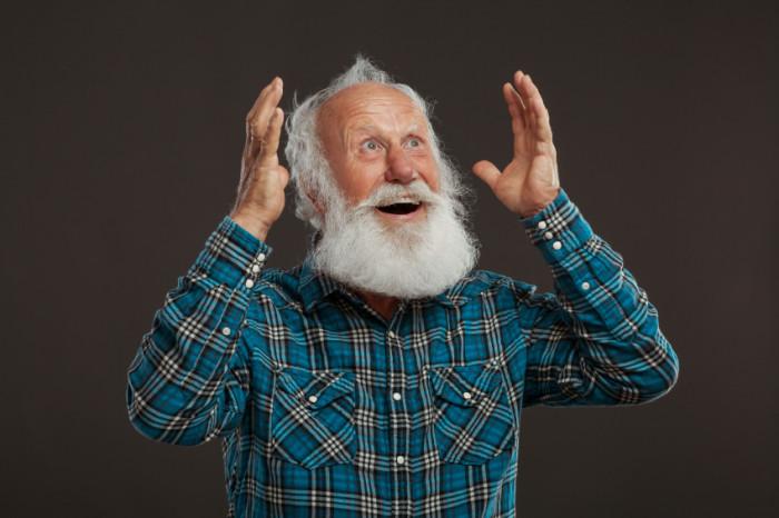 Alter Mann mit Bart freut sich