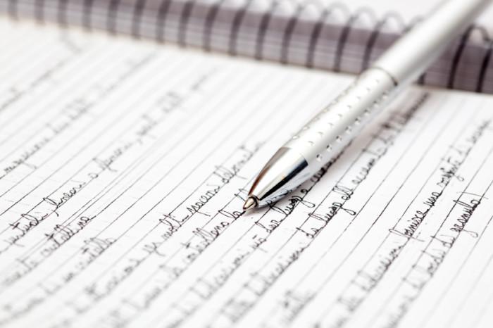 Kugelschreiber auf dicht beschriebenes Ringbuch