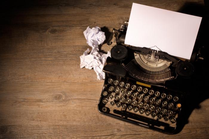 Alte Schreibmaschine mit leerem Papier eingespannt