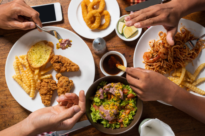 Beim Lunch nur Salat? Clean Eating Fans geht es nicht um Kalorien, sondern künstliche Zusatzstoffe.