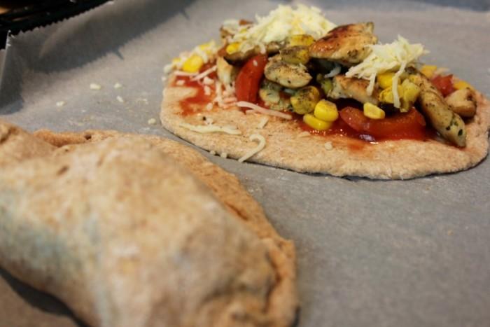 Calzone mit Gemüse und Putenfüllung auf dem Backblech.