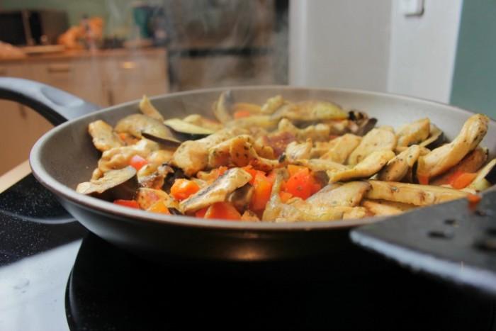 Gemüse und Fleisch im Wok.