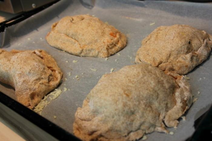 Und ab in den Ofen mit der Healty Calzone!