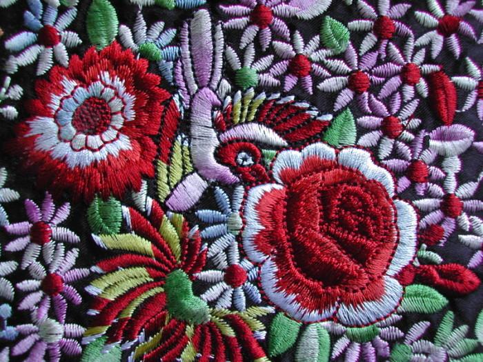 Bunte Blumen sind ein beliebtes Stickmuster.