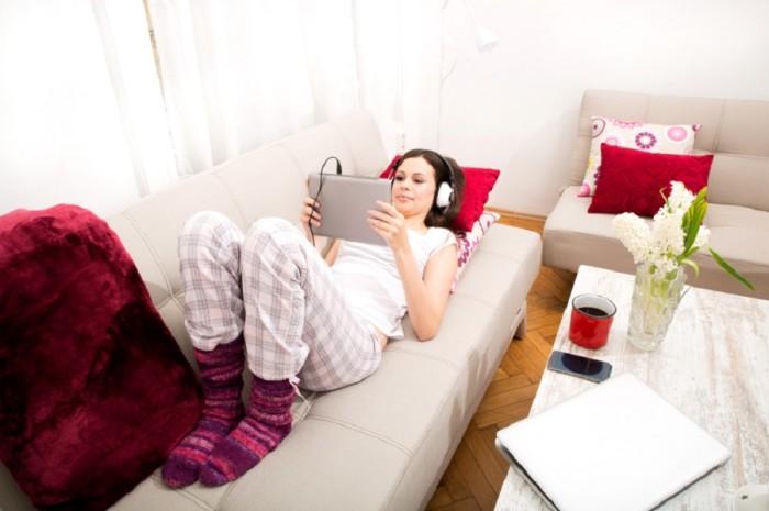 Kuschelig auf der Couch: Daheim ist's doch am schönsten!