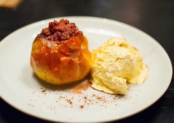 Marzipan eignet sich gut als Füllung des Bratapfels
