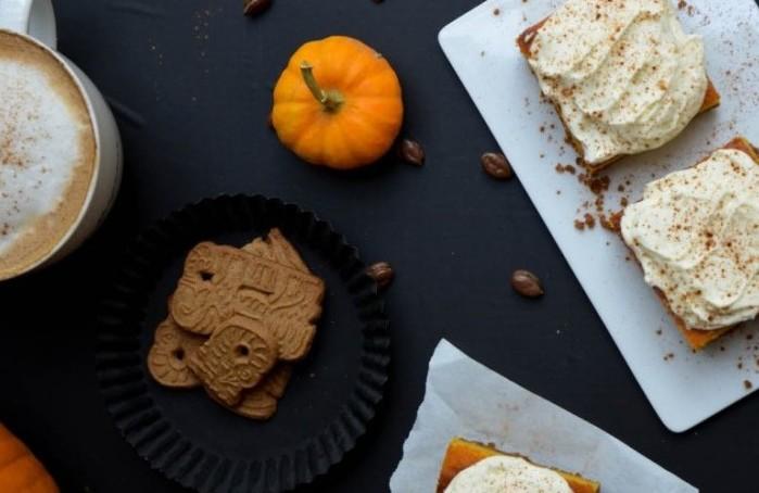 Letzte Handgriffe: Eine Prise Pumpkin Pie Spice über dem Kuchenstück verstreuen.