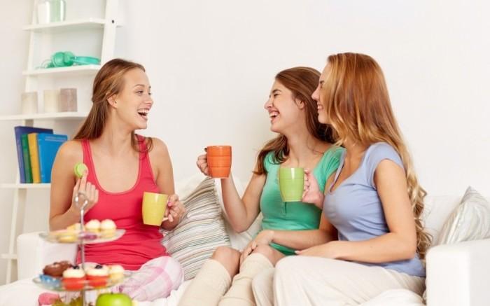 Mädchen lachend beim Mädelsabend
