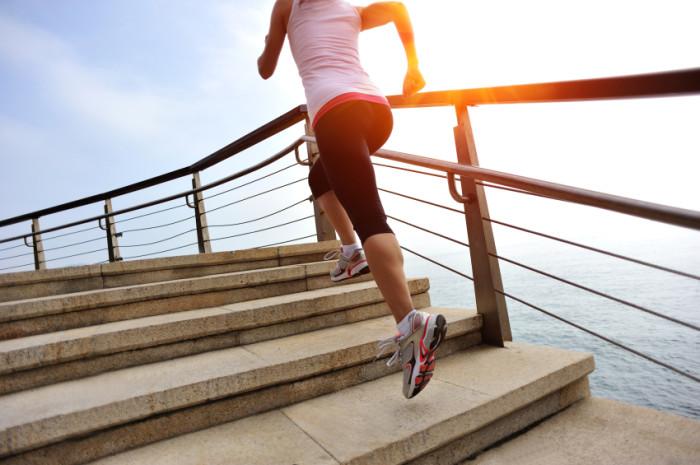 Frau rennt auf Treppe