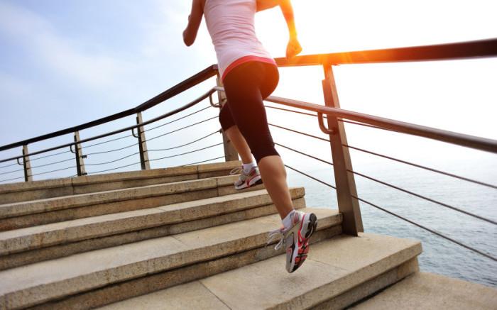 Frau joggt auf Treppe